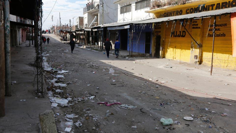 Muchos puestos fueron retirados y quedaron al descubierto las calles sucias y en mal estado. Foto: LA NACION / Ricardo Pristupluk