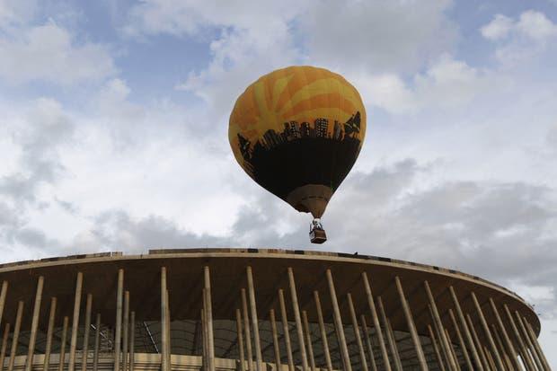 Ya empezaron los ensayos de Brindisi para salir de la cancha si es que los resultados no se dan.  Foto:Reuters