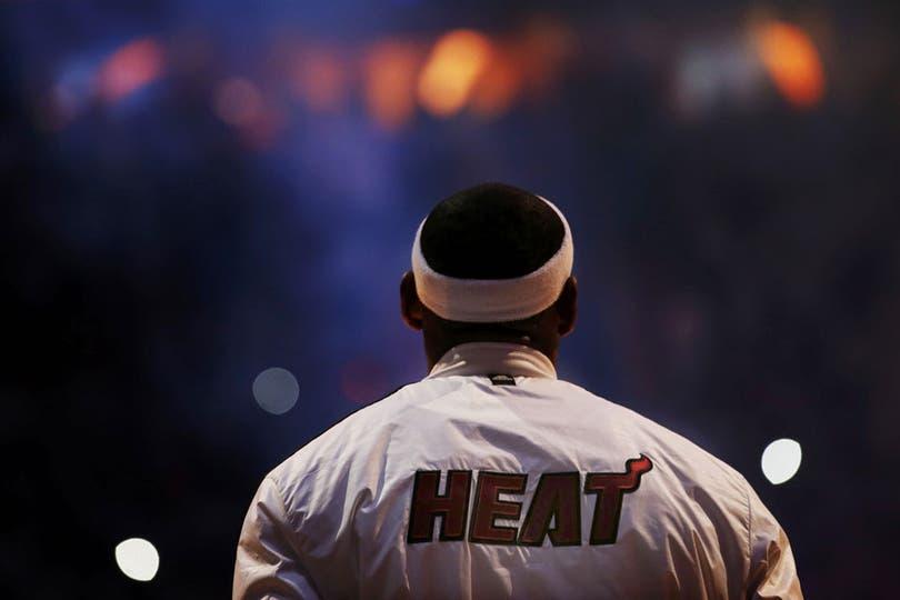 Arrancamos con una grosa de LeBron. ¿Vieron la tapa a Thiago Splitter?. Foto: Reuters