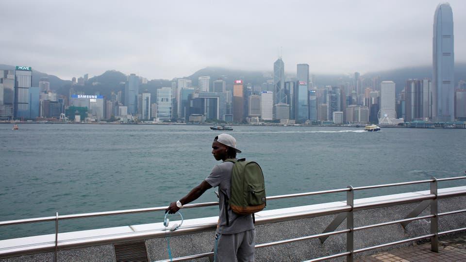 Solomon Nyassi, de 26 años, de Gambia, miembro de All Black FC, en el paseo marítimo de Tsim Sha Tsui en Hong Kong, China
