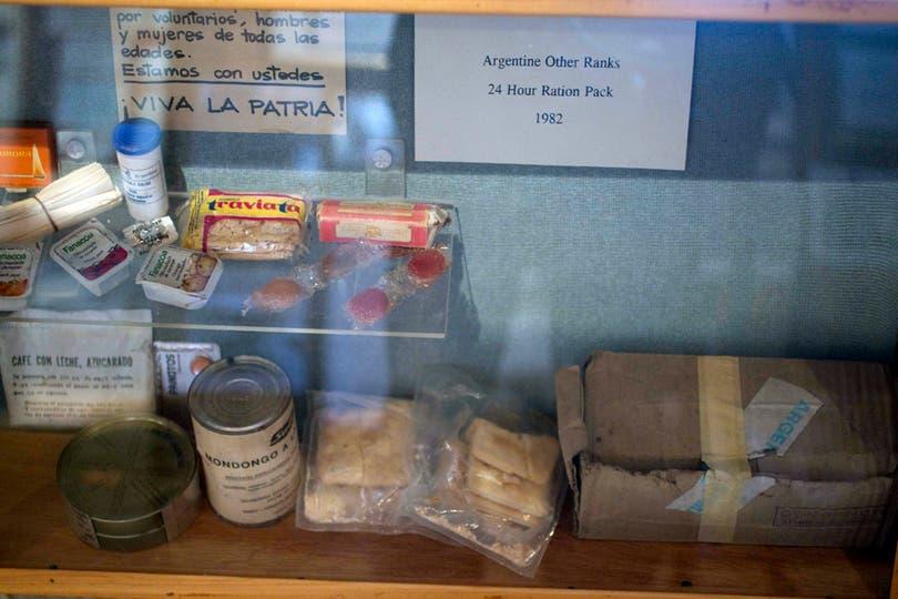 Ración de comida de combate para las tropas argentinas son expuestas en el museo de Puerto Argentino. Foto: LA NACION / Rodrigo Néspolo