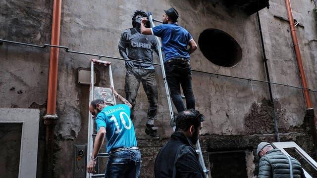 San Spiga trabajando en un mural en Nápoles