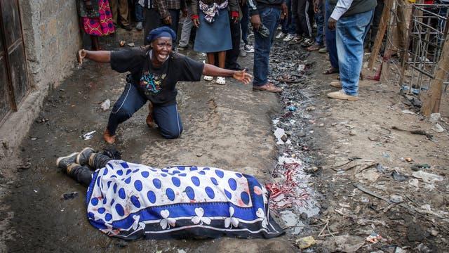 Una mujer llora sobre el cuerpo de un partidario de la oposición asesinado por la policía, dijeron testigos, en el barrio de Mathare, en Nairobi