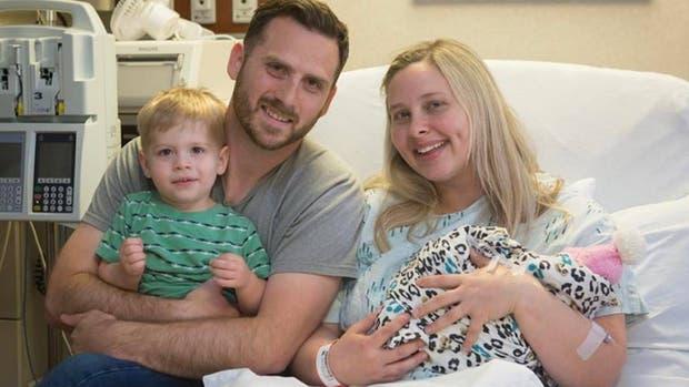 La familia posó con Eva, la beba que nació sin cerebro y cuyos órganos fueron donados