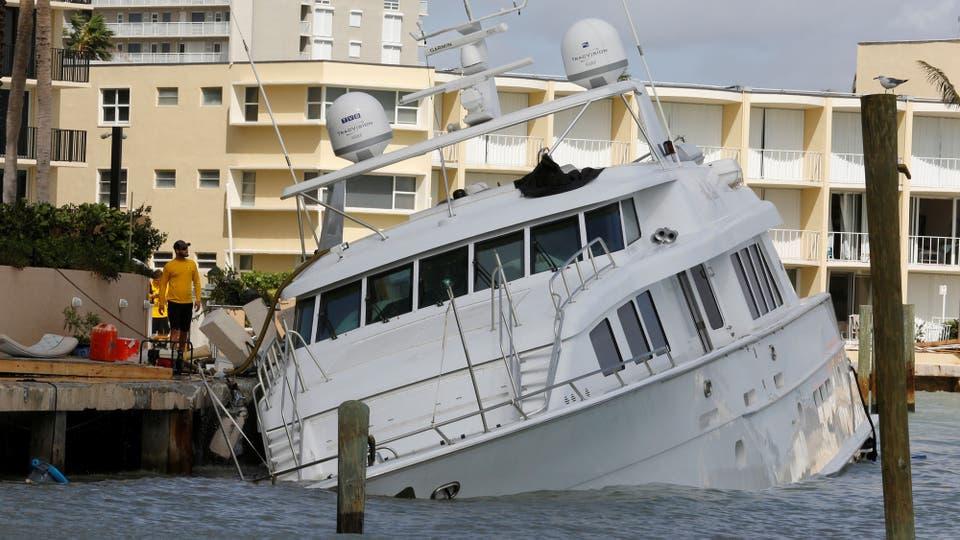 Una embarcación a punto de undirse. Foto: Reuters