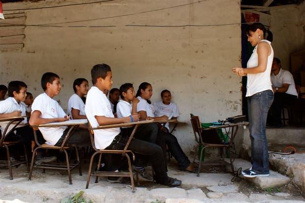 Una de las maestras de E2E en plena clase con un grupo de chicos de secundario
