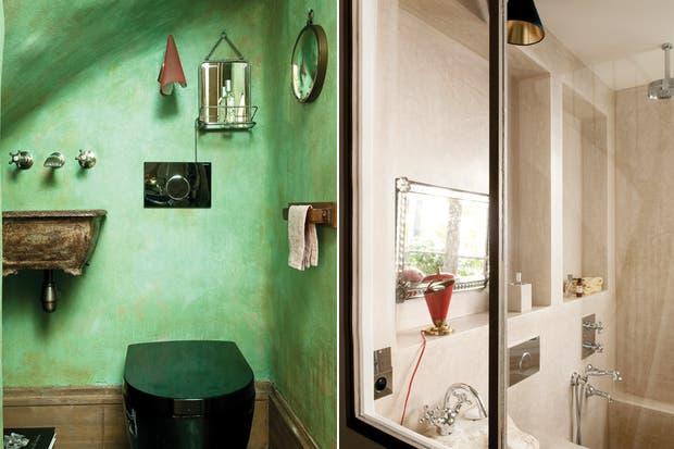 . El toilette bajo la escalera es uno de los pocos espacios que no tiene paredes blancas..