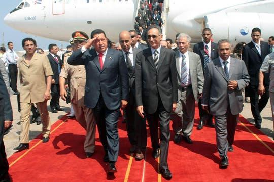 Llegada al aeropuerto libio en el marco de una gira que incluye a Libia, Argelia, Siria, Irán, Bielorrusia y Rusia en agosto de 2009. Foto: Archivo