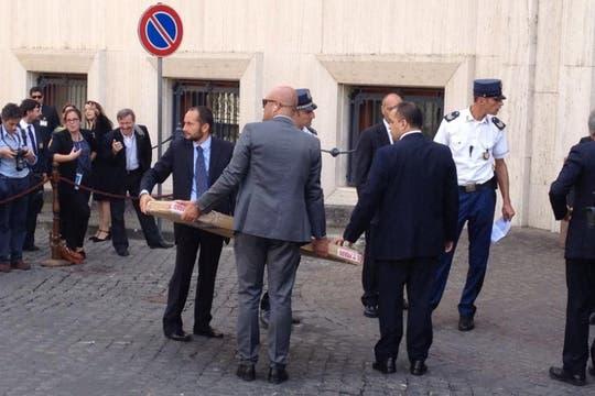 Junto con la comitiva llegaron los regalos que la Presidenta dio al Papa. Foto: LA NACION / Elisabetta Piqué