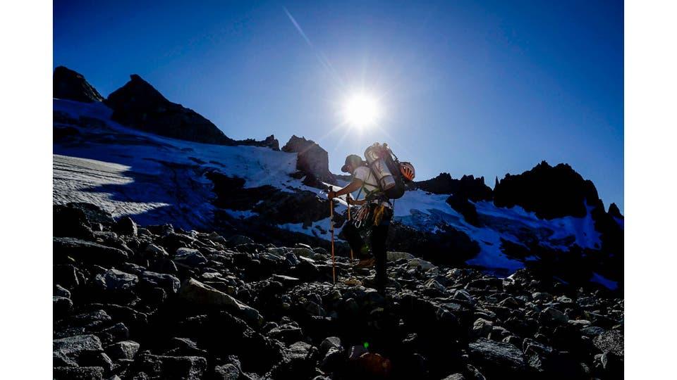 Un escalador emprende la subida hacia la Aguja Guillaumet desde el campamento del Paso del Cuadrado. Foto: LA NACION / Emiliano Lasalvia