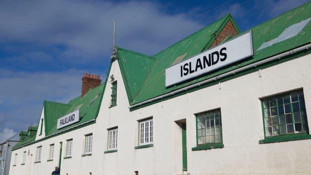 Típicas construcciones inglesas en toda la isla. Foto: Archivo / Rodrigo Néspolo / LA NACION