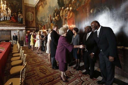 La reina Beatriz junto al príncipe Guillermo y a la princesa Máxima, firma la abdicación en favor de su hijo. Foto: AFP