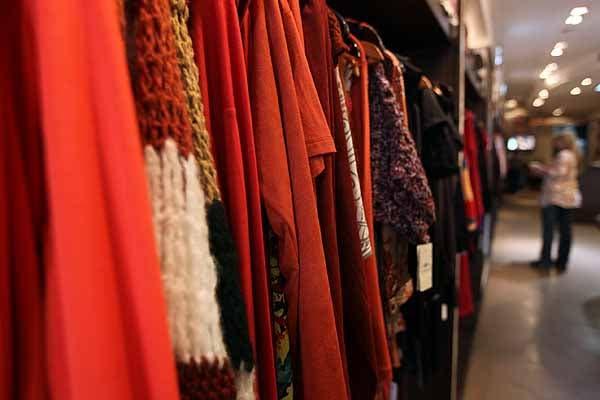 En BA. Brodery hay pantalones, blusas, remeras, vestidos y suéteres de todos los colores. Foto: OHLALÁ! /Guadalupe Aizaga