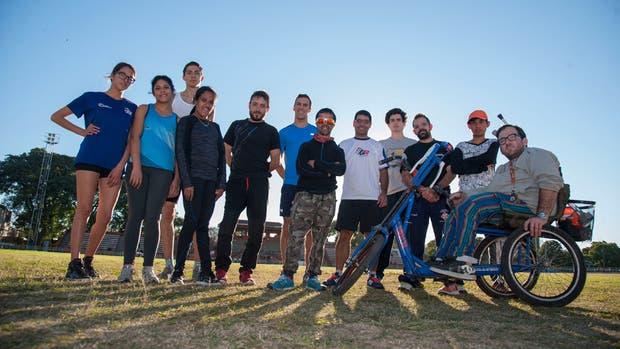 Martín Arroyo y Yanina Martínez, junto al resto de los atletas que se entrenan en Rosario