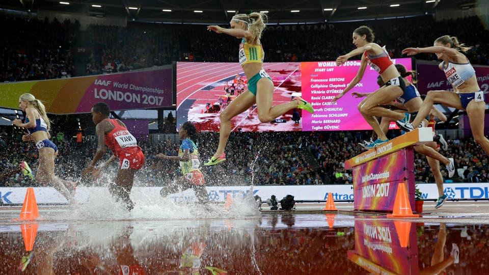 Genevieve LaCaze, centro, compite en los 3000 metros de obstáculos durante el Campeonato Mundial de Atletismo en Londres. Foto: AP