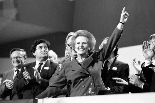Margaret Thatcher apunta hacia el cielo mientras recibe ovación de pie en la Conferencia del Partido Conservador en este 13 de octubre 1989. Foto: Archivo