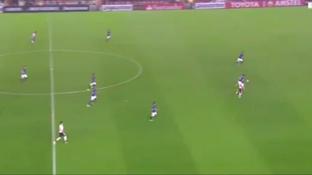 El primer gol: Scocco aprovecha los espacios y se apresta a superar a los dos defensores y al arquero a pura velocidad