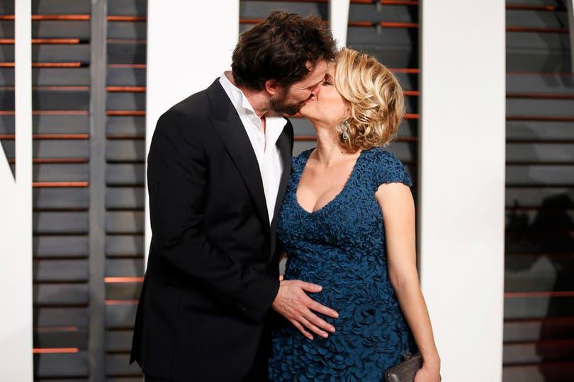 Mucho amor entre Noah Wyle, su mujer, Sara Wells, y el bebé que viene en camino. Foto: Agencias