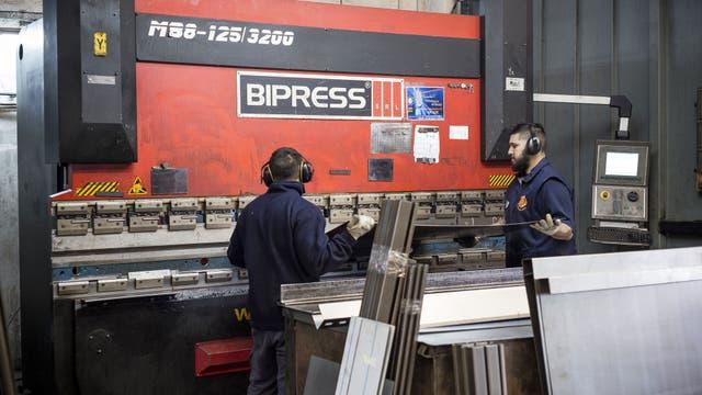 Los operarios reciben las órdenes de trabajo con las medidas justas para modelar el acero. Las piezas sueltas se reúnen en un kit para armar que las organiza