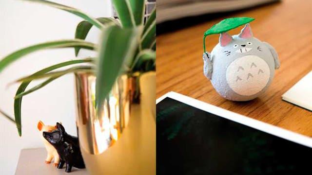 """El escritorio es su rincón preferido: """"Es simple, útil y ordenado"""". Sobre la tabla, Totoro (de la peli animada japonesa Mi vecino Totoro) y algunas postales orientales"""