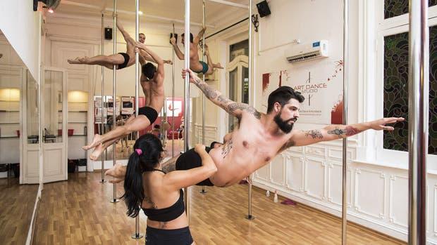 Gonzalo Calcagno ensaya uno de los trucos; de su clase de Pole Dance