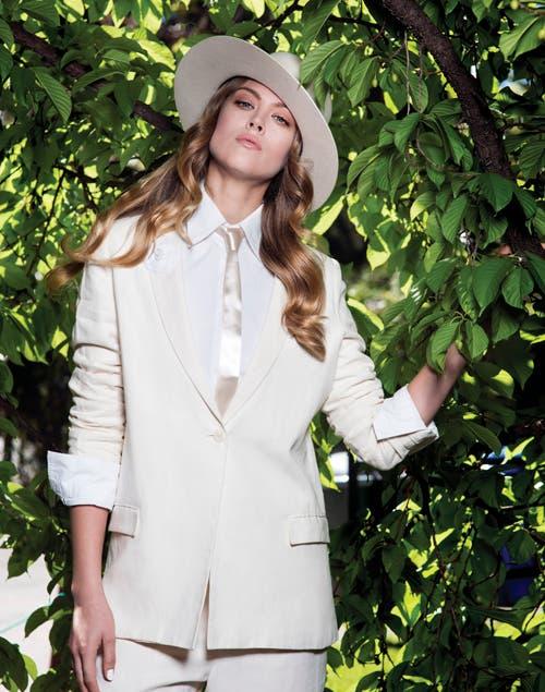 1ea8bb4612 Sombrero de fieltro ala ancha (Made In Chola). Traje de lino (FP). Camisa  al cuerpo (Zara).. Foto  Juana Mauri