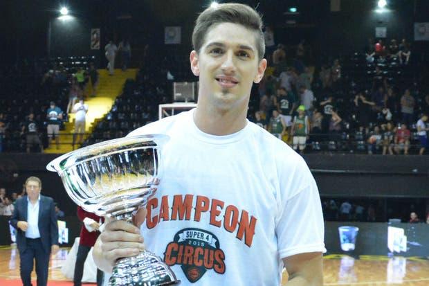 Nico de los Santos, con el trofeo del Súper 4