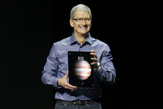 Tim Cook con la nueva iPad Pro, la tableta de Apple para tareas productivas, con teclado y stylus. Foto: Reuters