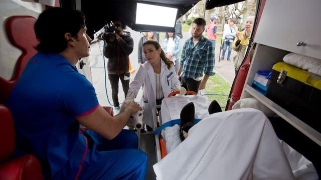 El repaso de las medidas de higiene que mantienen los médicos y enfermeros en la realidad son un paso ineludible en los ensayos. Foto: LA NACION / Fernando Massobrio