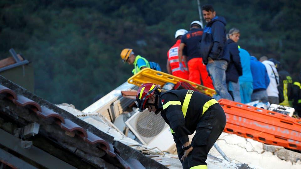 Los bomberos trabajan incasablemente en busca de sobrevivientes. Foto: AP