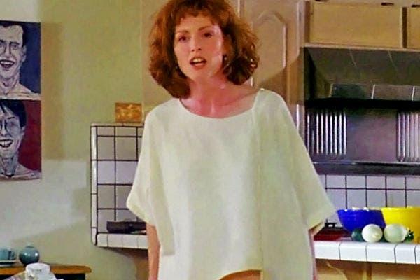 Julianne Moore confiesa una infidelidad mientras se desnuda. Sutil.