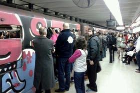 Estación Angel Gallardo, el subte llega cargado de gente y es imposible poder subir
