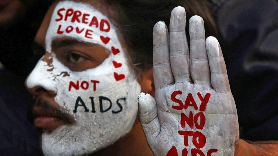 Un estudiante se pinta la cara con mensajes durante una campa?a de concientización sobre el VIH con motivo del Día Mundial de la Lucha contra el SIDA en Chandigarh, India