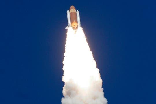 El transbordador espacial Atlantis despega en una misión a la Estación Espacial Internacional desde el Centro Espacial Kennedy en Cabo Cañaveral. Foto: Reuters