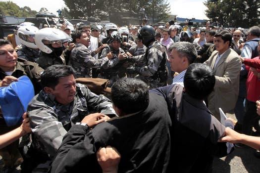 Policías y militares se enfrentan con la escolta del presidente ecuatoriano, Rafael Correa, quién se acercó a uno de los cuarteles para intentar dialogar. Foto: EFE