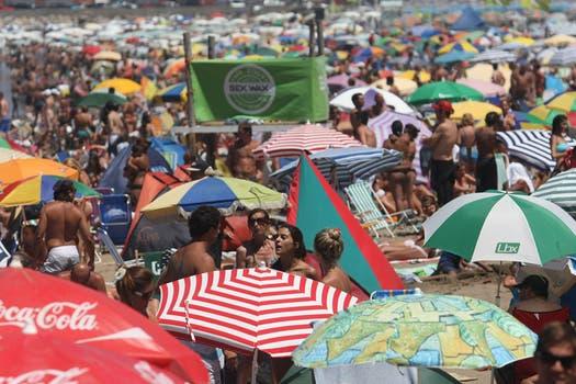 Una clásica vista de las playas de Mar del PLata repletas de gente. Foto: LA NACION / Mauro V. Rizzi