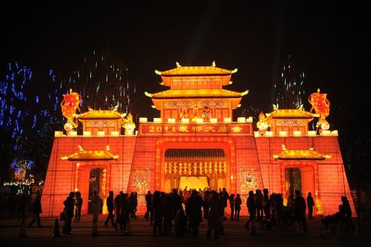 Vista del templo en Chengdu, provincia suroccidental china de Sichuan totalmente iluminado. Foto: AFP
