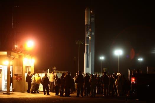 Autoridades, invitados especiales y prensa acreditada recorren las instalaciones antes del lanzamiento. Foto: LA NACION / Maxie Amena / Enviado Especial a Lompoc, California