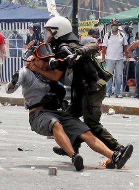Los fuertes choques entre los manifestantes y la policía terminaron con decenas de detenidos
