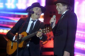 Sabina y Serrat cautivaron al público en el cierre de su gira, celebrada anoche en La Bombonera