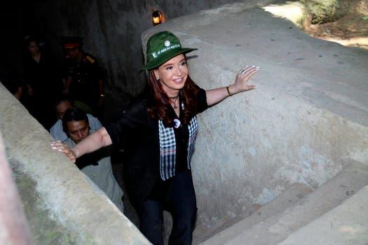 Cristina visitó los túneles de Cu-Chi donde se refugiaban los vietnamitas en la guerra con Estados Unidos. Foto: DyN