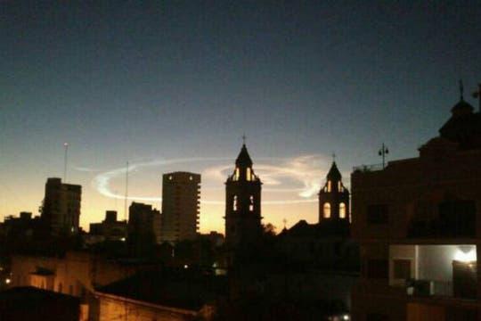 Una bola de fuego tiñó el cielo durante la noche y provocó temor y desconcierto entre sus habitantes. Foto: @marianageles2202
