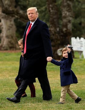 Trump, acompañado ayer por sus nietos Arabella y Joseph en la Casa Blanca