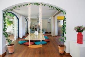 Decorar con color: una casa con estilo colonial y toques tropicales