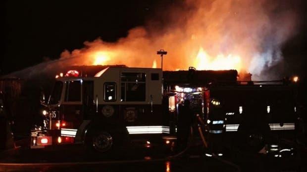 Masivo incendio en una papelera de Garín: trabajan 19 dotaciones y 60 bomberos