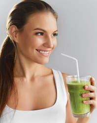 Además de desintoxicar, los jugos aportan vitaminas, fibras, potasio y ácido fólico.