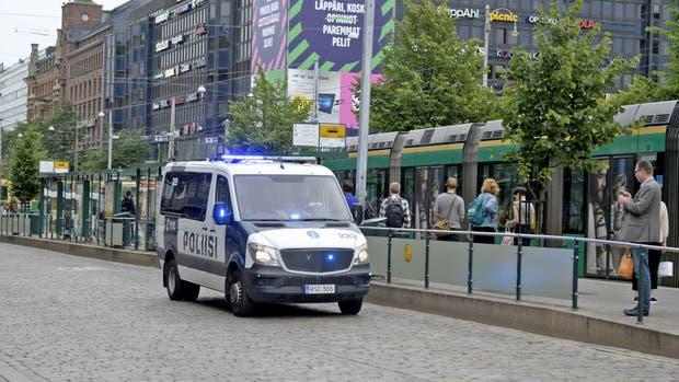 Turku: la policía de Finlandia patrulla la zona donde un hombre armado con un cuchillo atacó a varias personas