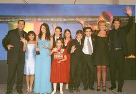"""El elenco de """"Chiquititas"""" saluda, luego de recibir el premio al mejor programa infantil"""