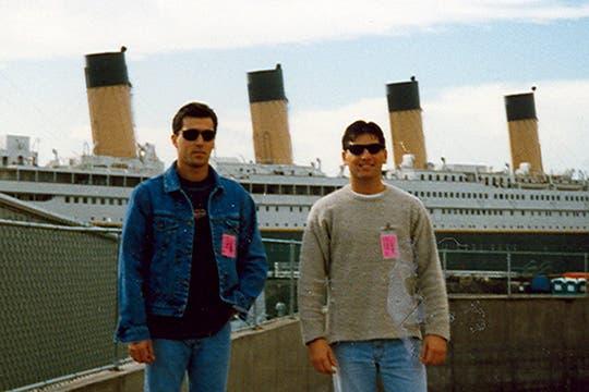 Juan Ignacio Brown (izq) y otro extra, con el barco de fondo. Foto: Gentileza Luis Incisa