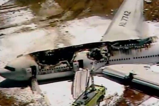El aparato, en el que viajaban unas 290 personas perdió su cola al momento del aterrizaje forzoso y se incendió. Foto: Twitter / @nickbilton